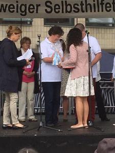 Frau Fatma Bayraktar von der KIBiS überreicht die Urkunde